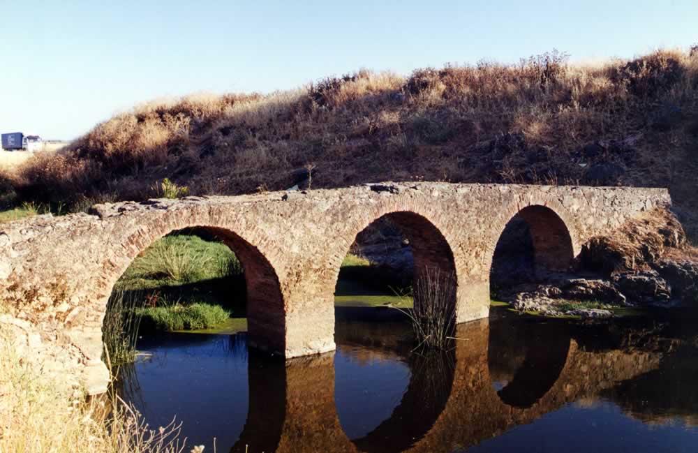Puente medieval del río Tirteafuera