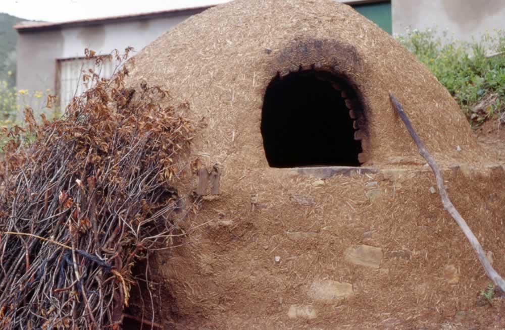Horno de barro tradicional en El Hoyo